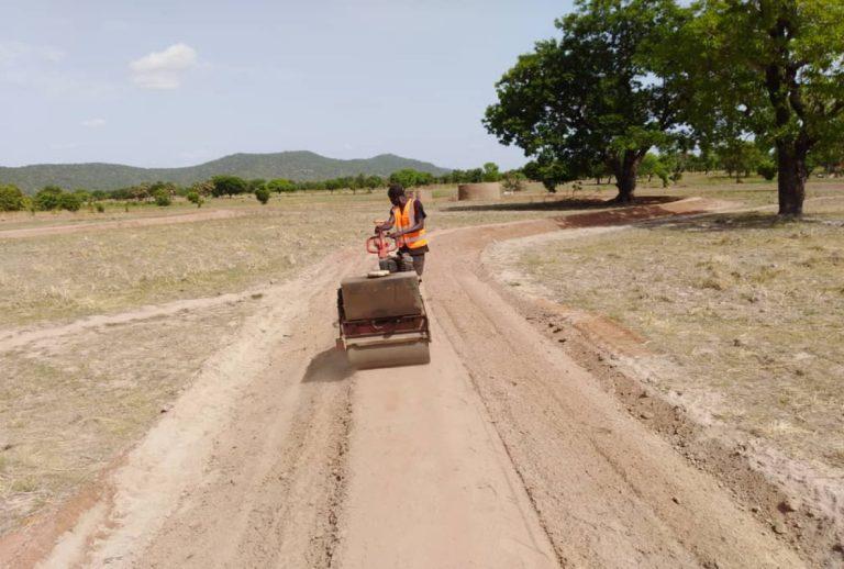 Février 2014, compactage Diguette en terre; site de Tanougou commune de Tanguiéta